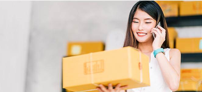 Mujer con una caja